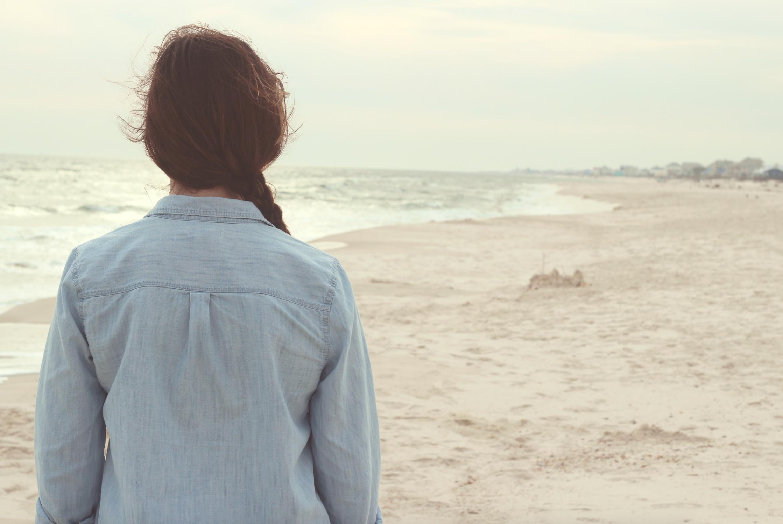 不安、海、孤独、砂浜、曇り、女性