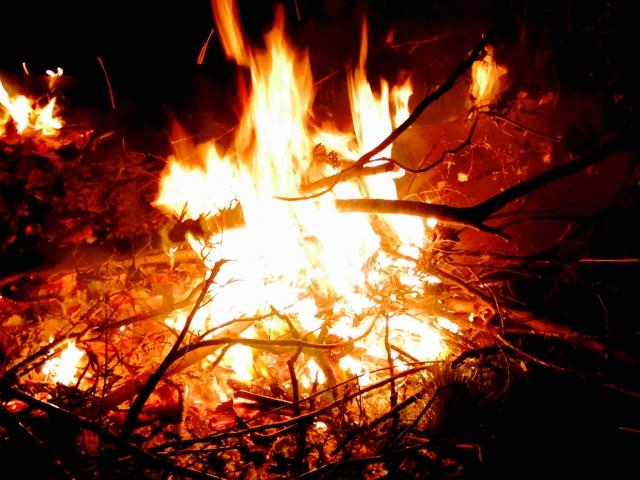 キャンプファイヤー、火
