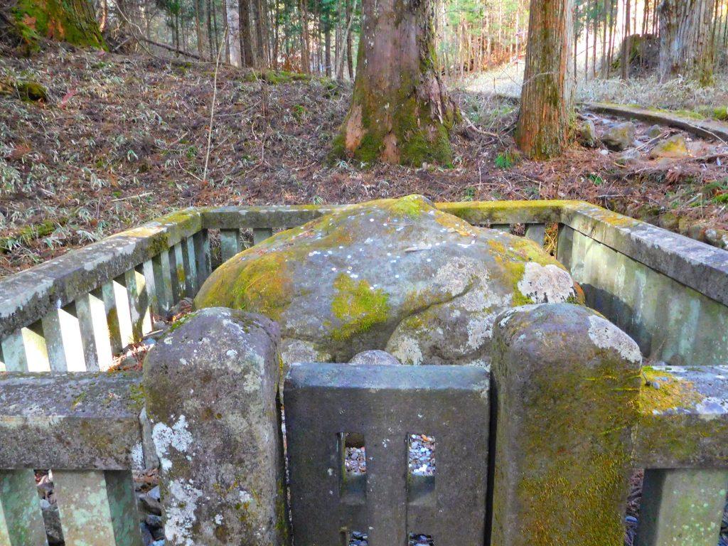 滝尾神社、子種石