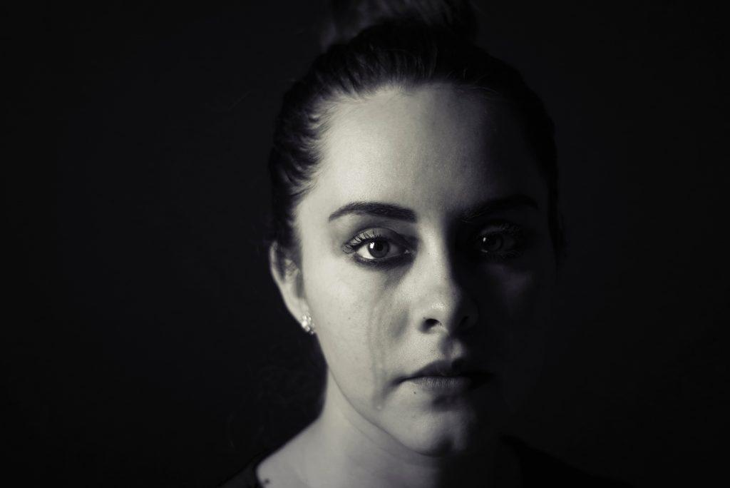絶望、黒、暗闇、転倒、孤独、悲しみ、悲哀、どん底、打ちひしがれる、女性